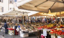 水果和蔬菜在销售中在公开市场上 免版税图库摄影