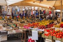 水果和蔬菜在销售中在公开市场上 库存图片