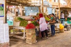 水果和蔬菜的卖主在老小游艇船坞 图库摄影