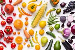 水果和蔬菜的构成在彩虹颜色 免版税库存照片