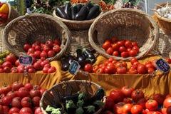 水果和蔬菜篮子在市场上 库存照片