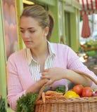 水果市场妇女 免版税库存图片