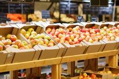 水果市场用各种各样的五颜六色的新鲜的水果和蔬菜 在倾吐的餐馆沙拉的主厨概念食物新鲜的厨房油橄榄 库存照片