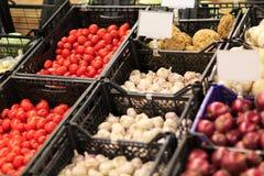 水果市场用各种各样的五颜六色的新鲜的水果和蔬菜 在倾吐的餐馆沙拉的主厨概念食物新鲜的厨房油橄榄 免版税库存图片