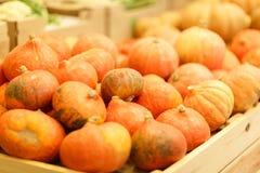 水果市场用各种各样的五颜六色的新鲜的水果和蔬菜 在倾吐的餐馆沙拉的主厨概念食物新鲜的厨房油橄榄 图库摄影
