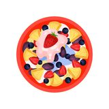 水果沙拉用菠萝、成熟草莓、李子、蓝莓和新鲜的酸奶,顶视图 鲜美食物 平的传染媒介象 皇族释放例证