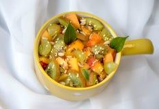 水果沙拉,在白色背景,与绿色叶子 免版税库存照片