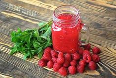 水果的圆滑的人用薄菏和莓在一张木桌上 免版税库存图片