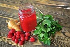 水果的圆滑的人用薄菏和莓在一张木桌上 库存图片