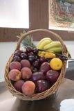 水果篮花束被弄脏的背景的侧视图形式 免版税库存照片
