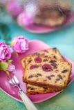 水果蛋糕或杯形蛋糕在一块桃红色板材 免版税图库摄影