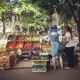 水果&菜在傲德萨,乌克兰叶茂盛街道上被卖  免版税库存照片