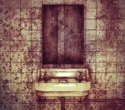 水槽和镜子在一间被放弃的洗手间 图库摄影