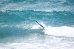水橇板从它的所有者分离作为波浪崩溃海岸线 免版税库存图片