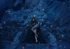 水母在他的石王位背景的Gorgona可怕和性感的立场和在一个偏僻的海岛上的庄严岩石 图库摄影