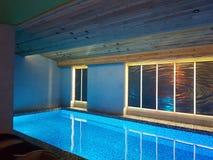 水池和温泉在滑雪场的Bukovel现代旅馆里 免版税库存图片