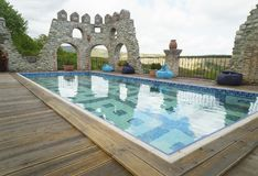 水池在现代旅馆里 免版税库存图片