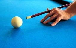 水池或台球台与母球和蓝色毛毡 免版税库存图片