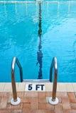 水池梯子抽象看法  库存照片