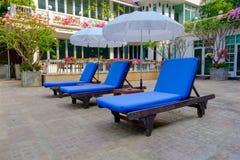 水池椅子和伞是为放松的逗留 库存图片