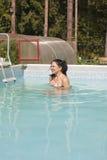 水池的裸体女孩 免版税图库摄影