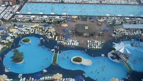 水池的顶视图与大海和游泳人的 股票录像