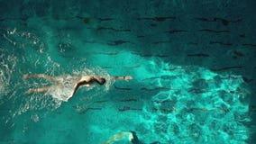 水池鸟瞰图的游泳者 股票录像