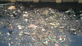 水污染影响在运河的肮脏的垃圾 免版税图库摄影