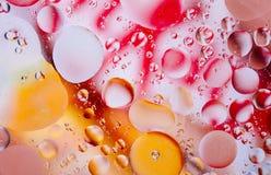 水油泡影宏观抽象背景流程液体红色橙黄色照片  免版税库存图片