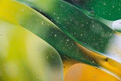 水油泡影宏观抽象背景流程液体绿色黄色 免版税库存照片