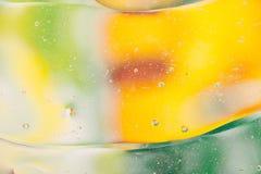 水油泡影宏观抽象背景流程液体绿色黄色 图库摄影