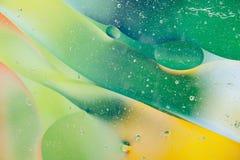 水油泡影宏观抽象背景流程液体绿色黄色 库存照片