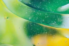 水油泡影宏观抽象背景流程液体绿色黄色 免版税图库摄影