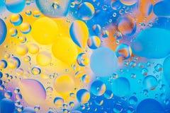 水油泡影宏观抽象背景流程液体蓝色水色黄色桃红色红色 库存照片