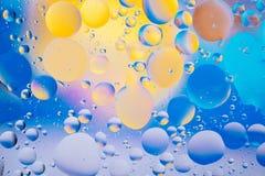 水油泡影宏观抽象背景流程液体蓝色水色黄色桃红色红色 库存图片