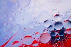 水油泡影宏观抽象背景流程液体蓝色红色 免版税图库摄影
