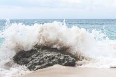 水波飞溅 Tropica lisland 蓝色横向海洋掌上型计算机天空 免版税图库摄影