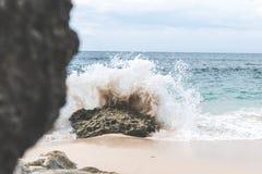 水波飞溅 Tropica lisland 蓝色横向海洋掌上型计算机天空 免版税库存照片
