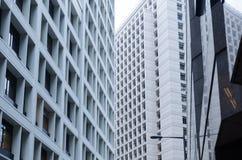水泥办公楼,都市背景,横渡的摩天大楼看法  库存图片