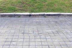 水泥地板,具体地面半草 免版税库存图片