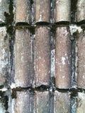 水泥墙壁是与呈杂色的颜色的弯曲的形状 库存照片