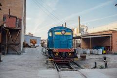 水泥工厂工业区  在窄片铁路的货物机车 库存照片