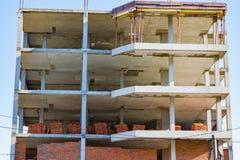 水泥平板、块和红砖高层居民住房的建筑, 库存图片