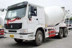 水泥搅拌车卡车白色 免版税图库摄影