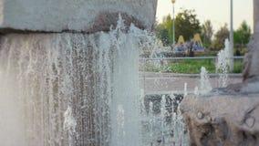 水注从喷泉飞溅在城市公园 股票录像