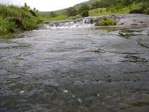 水流程从瀑布的 库存照片