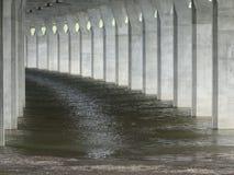 水流程在码头之间 免版税库存图片