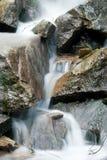 水流量通过岩石 免版税库存照片