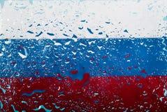 水滴在俄国旗子背景的 浅深度的域 选择聚焦 定调子 免版税图库摄影