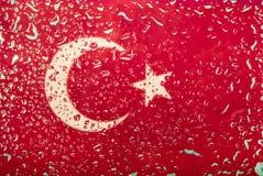 水滴在土耳其旗子背景的 浅深度的域 选择聚焦 定调子 免版税库存图片